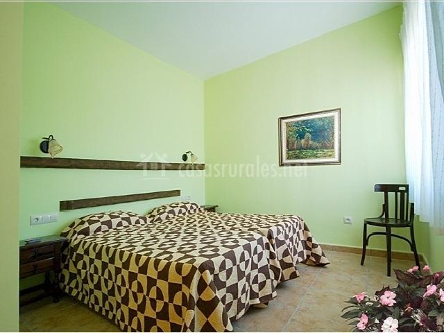Habitación doble con cama de matrimonio verde