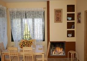 Salón-comedor con chimenea de leña