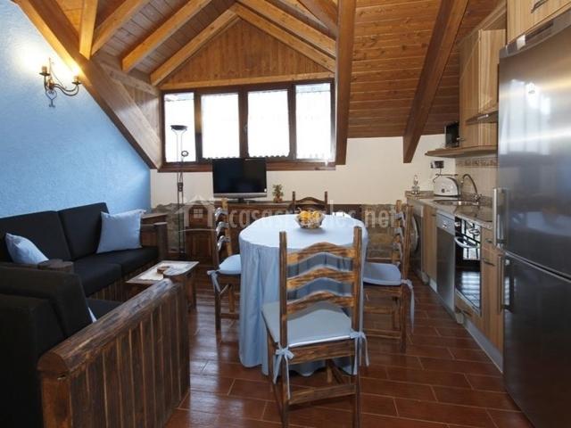 Casa rural perico en borrastre huesca for Sala de estar y cocina