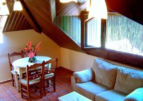Estupendos techos abuhardillados en la sala de estar
