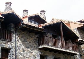 Fachada de piedra y terraza