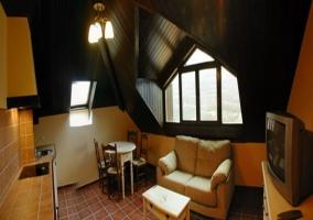 Sala de estar y cocina de uno de los apartamentos