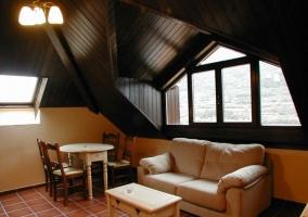 Sala de estar de uno de los apartamentos que se encuentran en la buhardilla