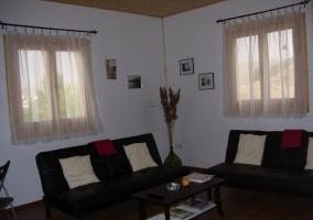 Salón completo con sofás y televisión