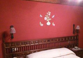 Dormitorio con mobiliario rústico