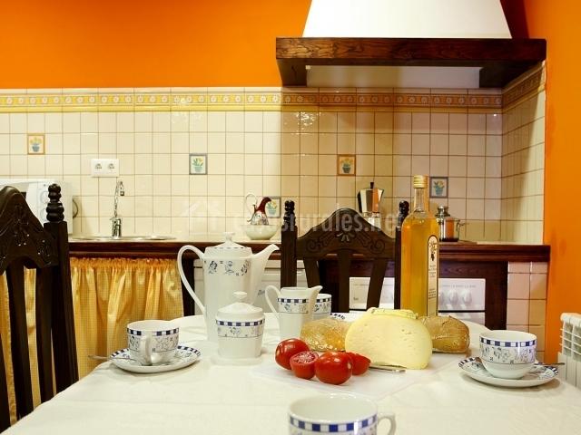 Mesa del comedor y la otra cocina