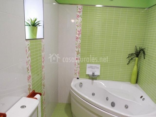 Cuarto de baño con bañera de hidromasaje