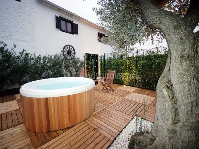 Finca cal t fol en sant marti sarroca barcelona for Jacuzzi en patios pequenos