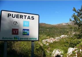 Cartel de acceso al pueblo asturiano donde se encuentra la casa rural