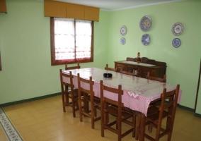 Cocina comedor con mesa junto a la ventana