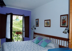 Habitación con cama matrimonial en tonos azules