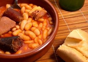 Plato asturiano por excelencia acompañado de pan y sidra