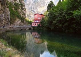 Puente de Poncebos en Arena de Cabrales para acceder a los Picos de Europa