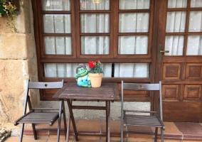Vistas del patio con la mesa en madera
