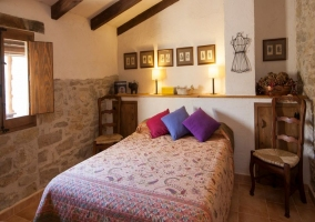 Dormitorio abuhardillado en piedra