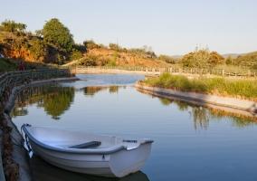 Lago con barca de pescadores