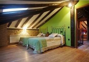 Dormitorio con dos camas individuales juntas con colchas en color mostaza