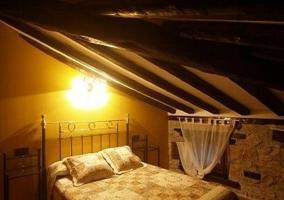 Dormitorio doble con pared verde y suelo y techo en madera