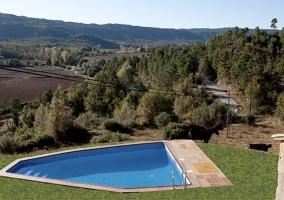 Amplias vistas de la piscina con la fachada al lado