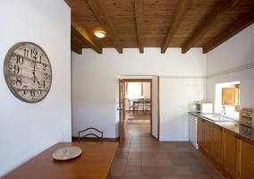 Cocina con armarios de madera y vistas del comedor