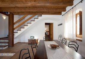 Comedor de la casa con mesa amplia en madera