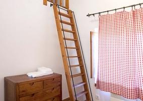 Dormitorio con su altillo y escaleras en madera