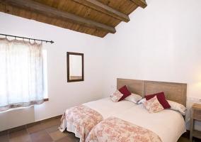 Dormitorio doble con detalles en color rojo
