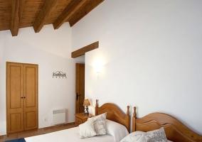 Dormitorio doble con mantas en color azul