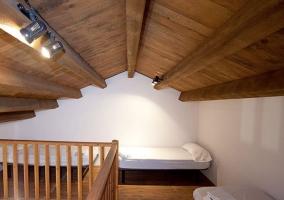 Dormitorio para 4 con altillo y colchas en blanco