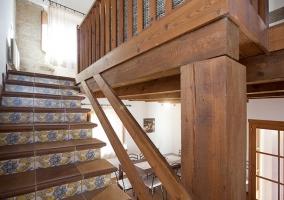 Escaleras de madera con detalles en los azulejos