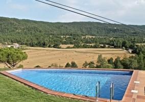 Vistas de la piscina con jardines al lado