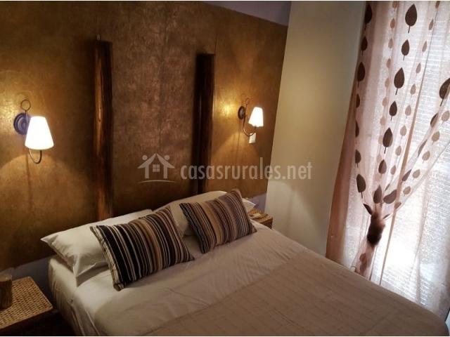 Dormitorio de matrimonio con cojines de rayas
