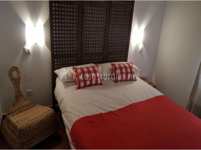 Dormitorio de matrimonio con colcha en rojo y blanco