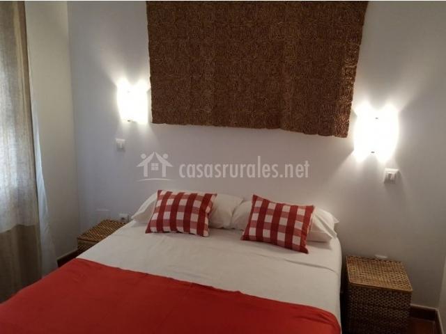 Dormitorio de matrimonio con colcha en rojo