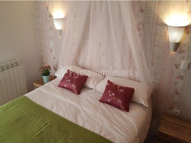 Dormitorio de matrimonio con colcha en verde