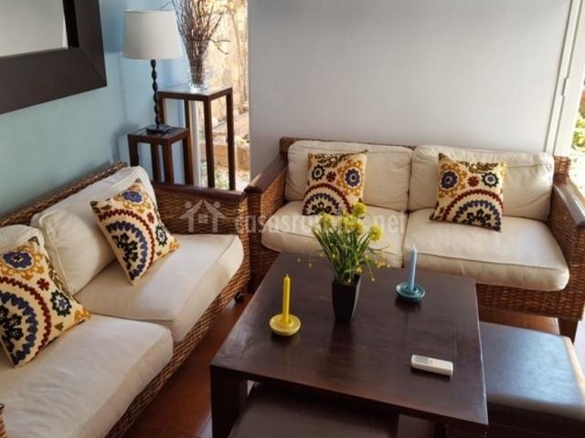 Sala de estar con la nesa frente a los sillones