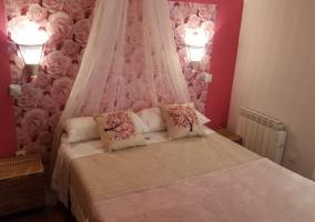 Dormitorio de matrimonio con frontal de rosas