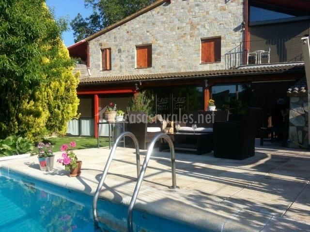 Detalle del porche y piscina
