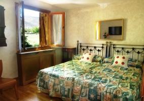 Dormitorio doble con ventanas