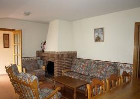 Sala de estar con sofás y chimenea