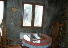 Salón con tablero de ajedrez y mesa barril