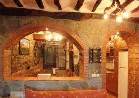 Salón con ventana a la cocina amueblada