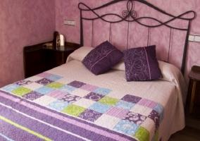 Habitación con cama de matrimonio y cabecero