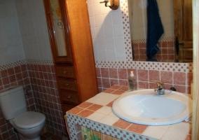 Baño con lavabo y armarito