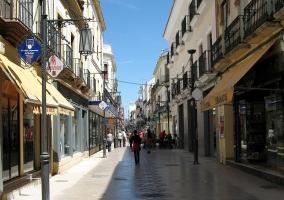 Calle Espinel, vía central de la ciudad