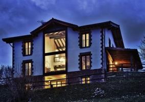 Casa rural rodeada de jardines y zonas montañosas