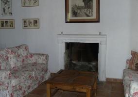 Salón con chimenea y mesa de madera