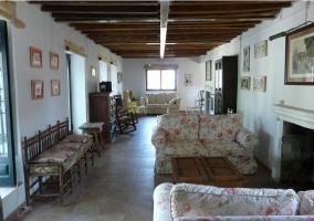 Salón con sillones y ventanas