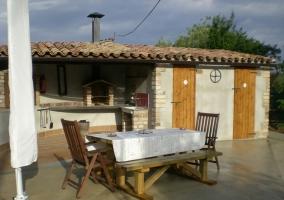 Zona de barbacoa cubierta con mesa al aire libre casa rural