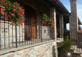 Escaleras de acceso a casa rural de piedra